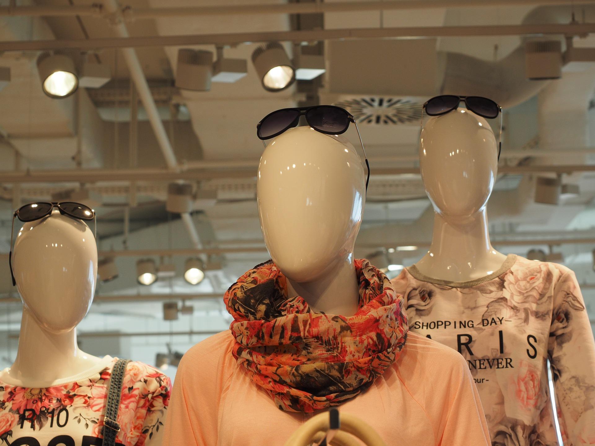 Manekiny wystawowe i sklepowe – jak je ubierać i jakie rodzaje dostępne są na rynku?