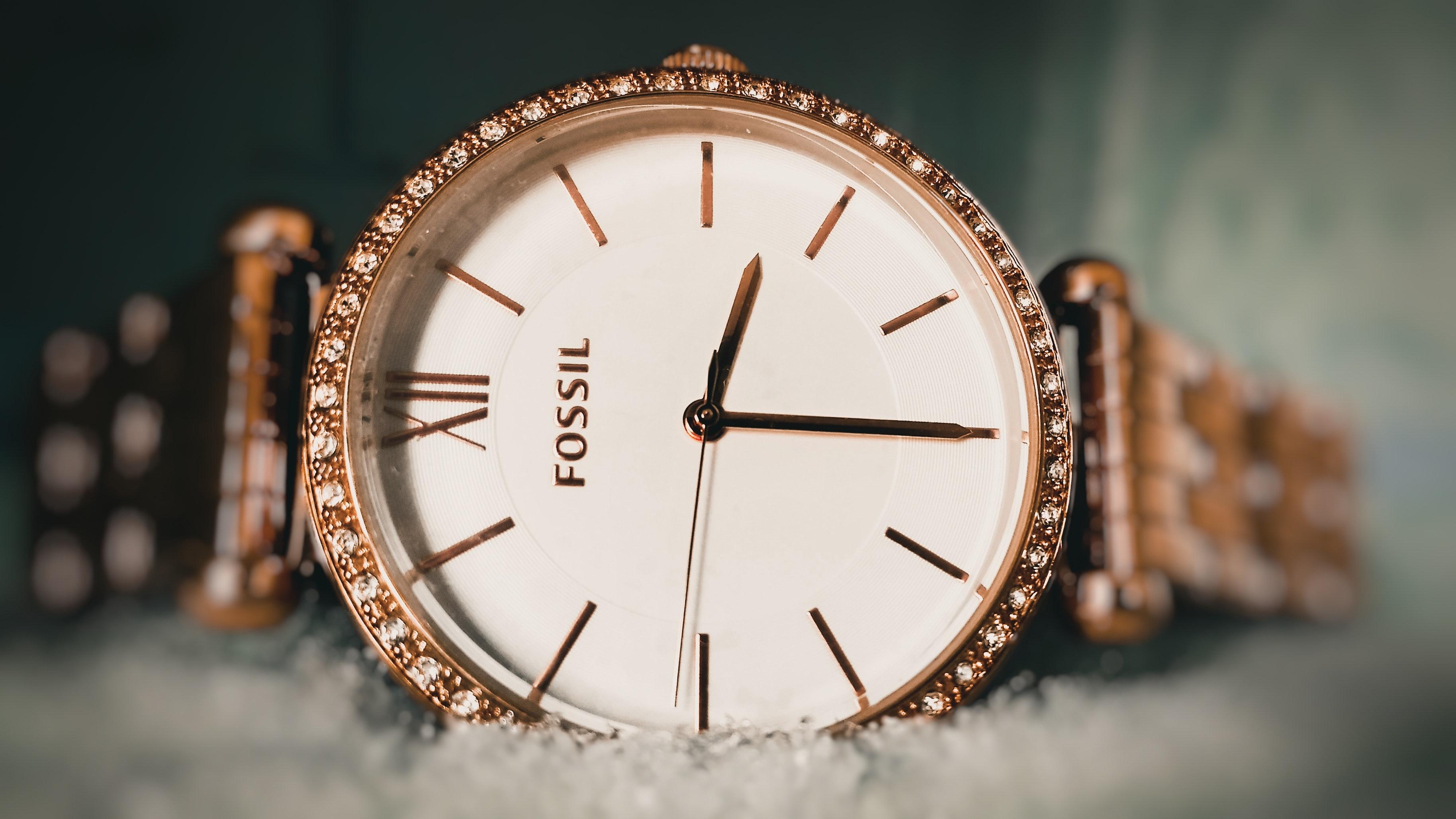 Tanie zegarki damskie – idealny dodatek na każdą kieszeń