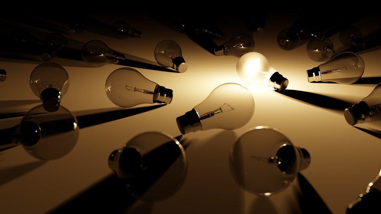 LEDy, naturalne materiały i barwione szkło, czyli najmodniejsze kinkiety sezonu