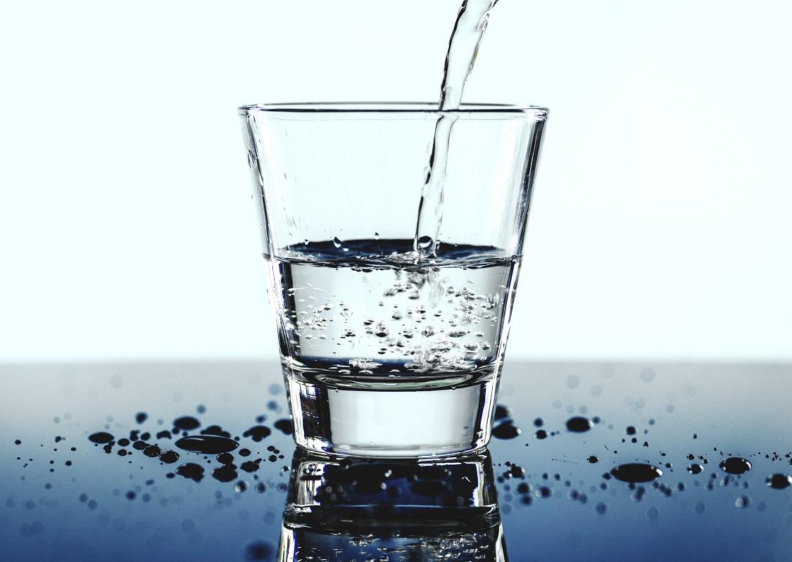 Dystrybutor filtrujący wodę w domu – nowoczesne rozwiązanie